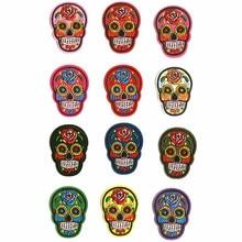Tamaño 5.4 cm * 7.3 cm 12 colores del remiendo del remiendo de la manera del cráneo parches bordados para el hierro de la ropa encendido para los bolsos de los zapatos insignias