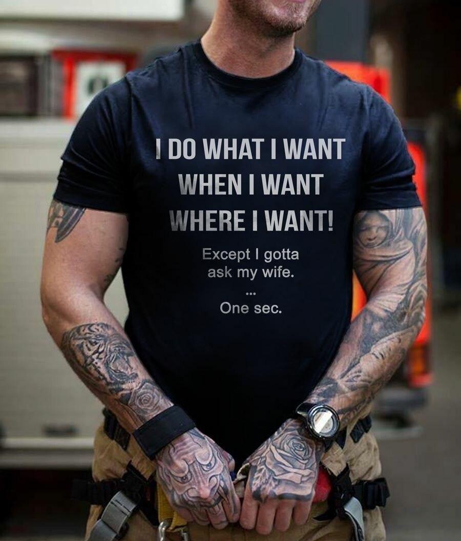Faço o que quero quando quero, mas tenho de perguntar à minha mulher t-shirt engraçada. Melhor presente para o marido que ama a esposa t topo