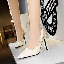 صنادل الأحذية الأسود الأبيض