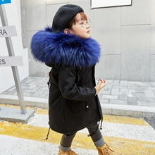 Для мальчиков и девочек Меховая куртка парки Зимняя обувь с мехом кролика лайнер пальто Детская верхняя одежда большой енота меховым капюшоном Куртка, пальто для девочек TZ127