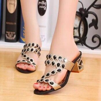 d614364858 Nuevas sandalias de cristal de moda de verano de 2018 para mujer con tacones  altos gruesos chanclas brillantes fuera de los zapatos informales de Roma  para ...