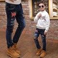2017 весной и осенью мода классический детские джинсы мальчик тег боеприпасов флаг вышивка письма отверстия детские брюки