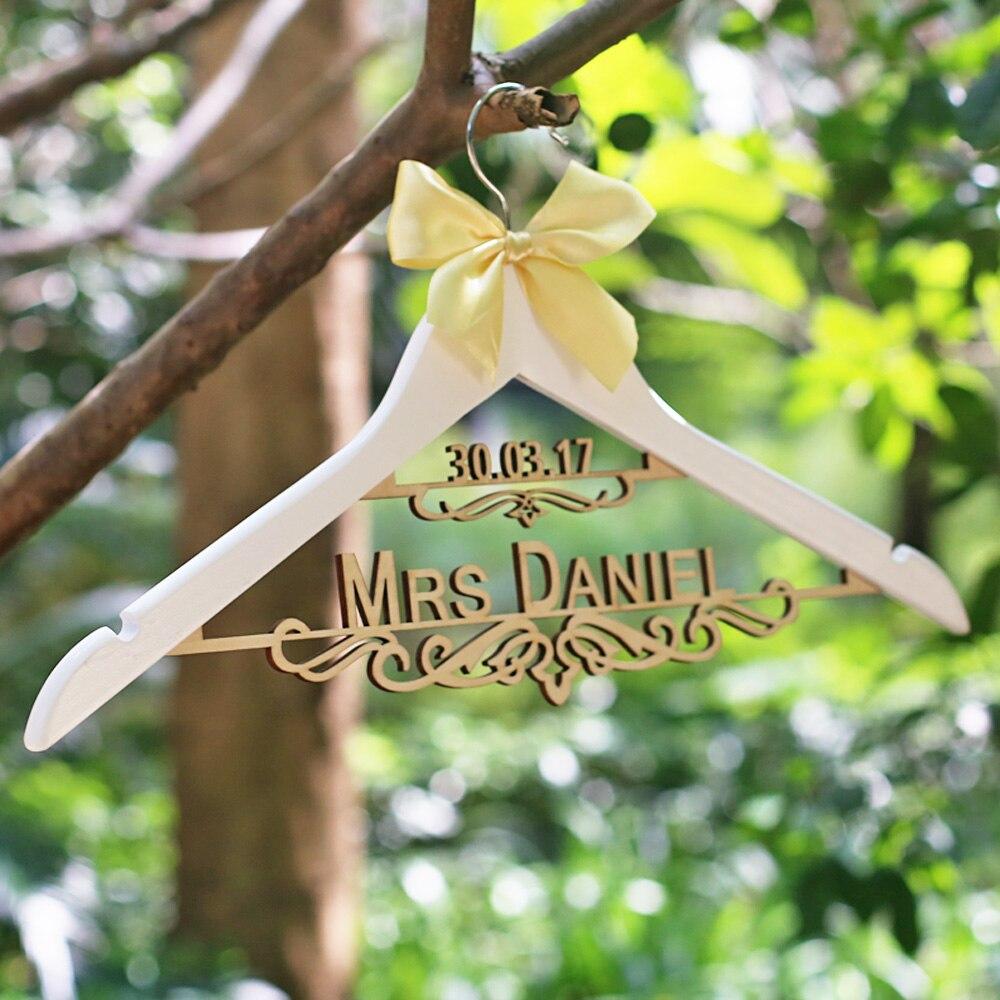 Personalisierte hochzeit kleid kleiderbügel laser cut aufhänger Mrs ...
