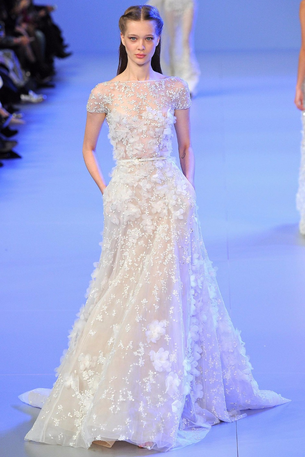 Elie_Saab robes de célébrité Bateau à manches courtes longueur au sol Watteau train dentelle fait à la main fleur perlée robe de soirée poches