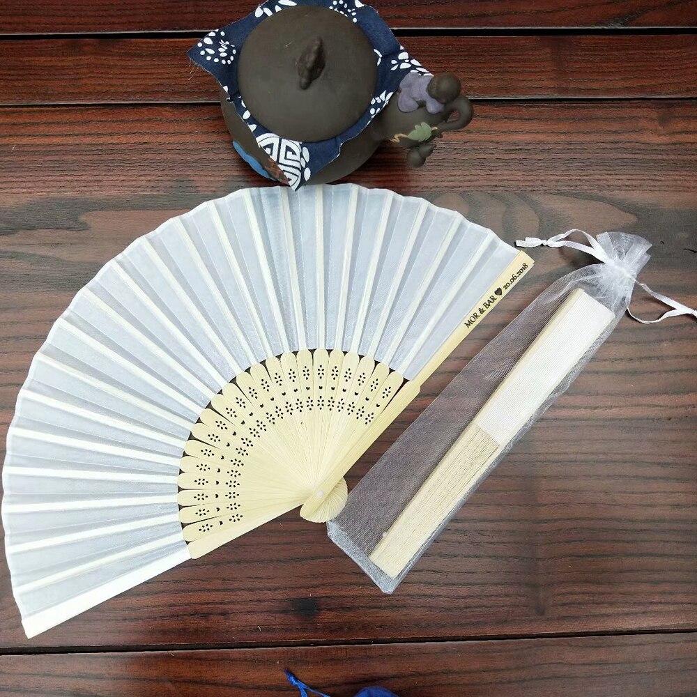 50 sztuk biały ślub spersonalizowane wachlarz jedwabny upominek weselny tkaniny ręcznie składane wentylatory + dostosowane drukowanie + biały torba z organzy/pudełko w Prezenty imprezowe od Dom i ogród na  Grupa 1
