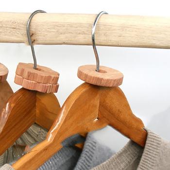 40 20 sztuk zestaw Mothproof cedr z naturalnego drewna zestaw bloku wieszak na ubrania pierścień świeże szafa środek odstraszający owady kulki na mole tanie i dobre opinie insect repellent anti-mite cedar wood