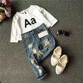 2016 de Corea Del Bebé Del Muchacho Que Arropan niños Carta Negro Camisetas blancas + ripped Jean Niñas Ropa de Moda 2 unidades traje