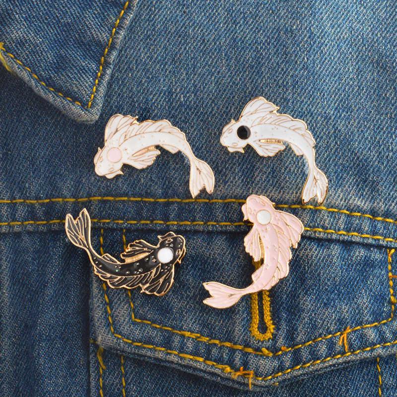 Pin Koi blanco y negro japonés Koi trae buena suerte pescado esmalte solapa pines insignias pasadores de animales broches de joyas de mujer fiesta regalo
