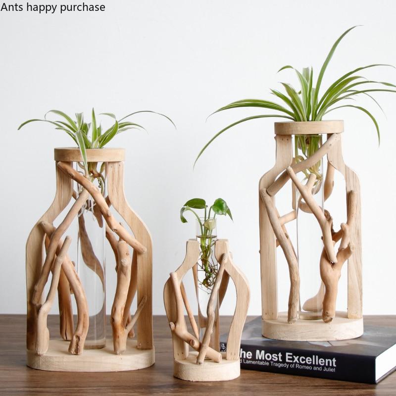 אגרטל מעץ משתרג עם מבחנות זכוכית להכלת צמחים ירוקים