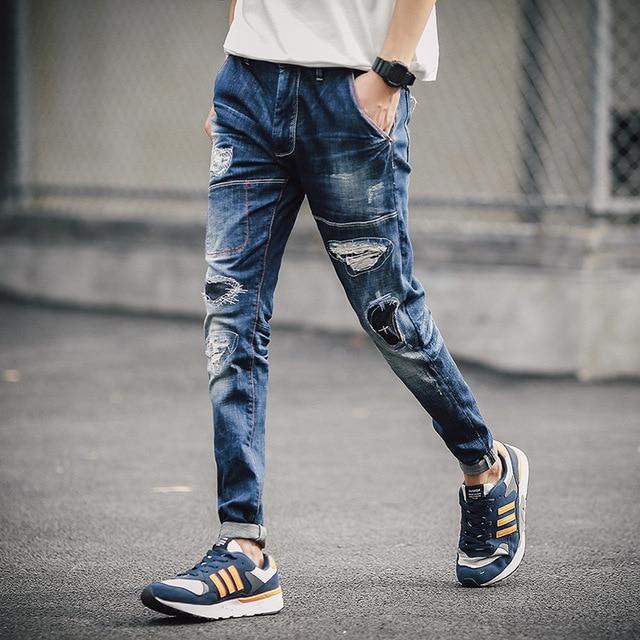 2016 adolescentes vaqueros rasgados de los hombres cultivan su moralidad tramo pies Un par de jeans