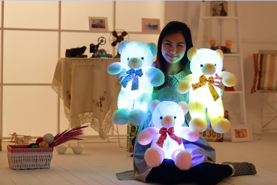 Svetleč polnjeni medvedki igrača LED-lučka-plišaste lutke sijaj medenice z kravato blazino samodejno barvno vrtenje darilo