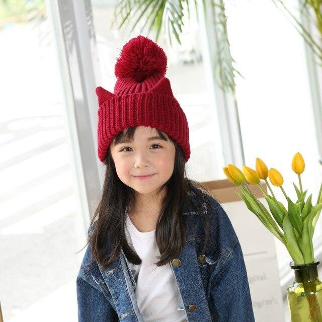 a5af9ea72b62 Date mignon chat oreilles acrylique tricoté solide enfants chapeau avec  grosse boule épaississent chaud bonnets filles