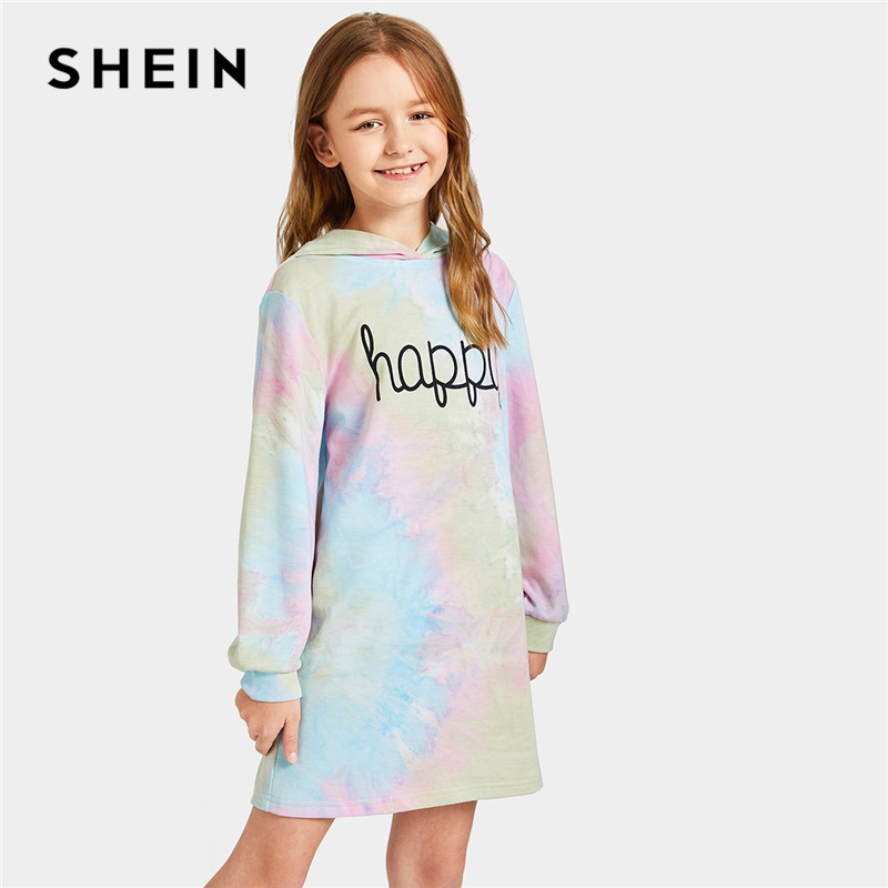 SHEIN Kiddie Letter Print Tie Dye Hoodie Casual Girls Short Dress 2019 Spring Long Sleeve Shift Kids Dresses For Girls Clothes цена