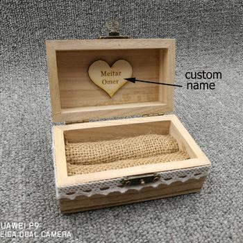 Rustykalny ślub sygnowane pudełko na pierścionek spersonalizowany ślub pudełko na pierścionek drewniany pierścień pojemnik na pudełko dostosowane prezenty ślubne z koronkowym sercem tanie i dobre opinie Drewno drewniane Rocznica Ślub i Zaręczyny Walentynki Numer litera 08808 Wedding reclaimed wood Rustic 9 5*6 5*5cm