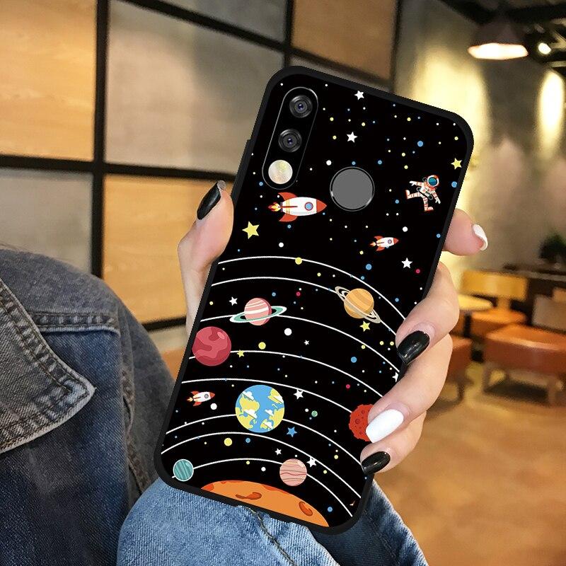 Kolorowe planety z orbitami, rakietami i astronautą.