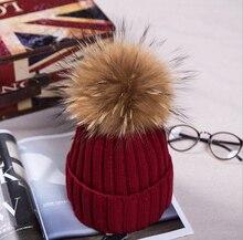 Dámská zimní pletená čepice s velkou bambulkou