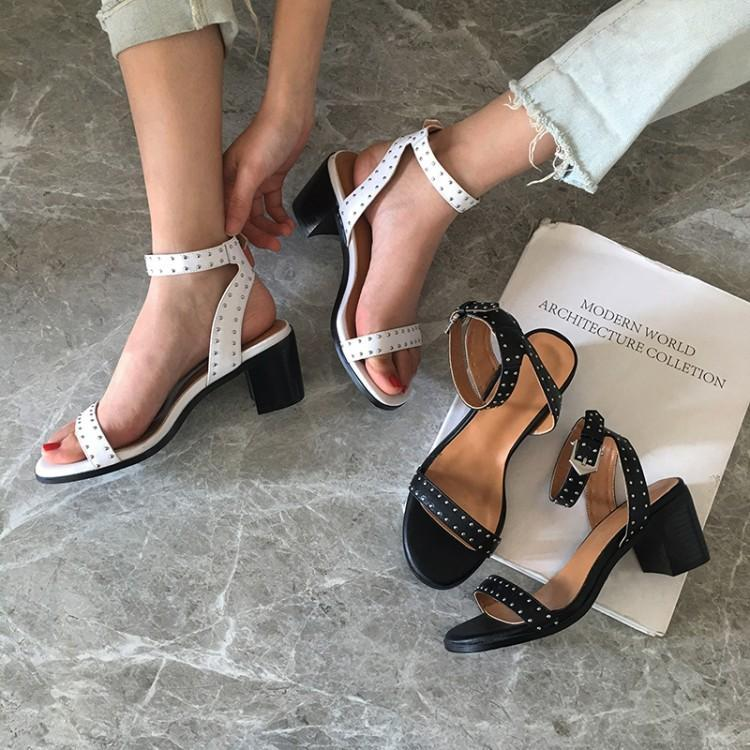 Designers Rivets Wide Buckle Concise Women Sandals One Buckle Peep Toe Gladiators Ankle Buckle Chunky Heels Summer Shoes Woman