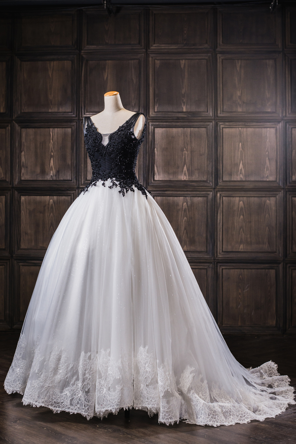 Robe De Mariage Elegant Gothic White And Black Wedding Dresses 2019 Appliqued V Neck Bridal Gowns Tulle Custom Made December 2019