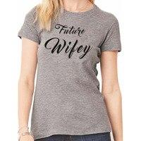 EnjoytheSpirit Futuro Wifey Camicia Delle Donne T Shirt Tee Shirt Regalo di Giorno delle Nozze Freddo Tee Shirt Grigio Chiaro Colore Girocollo