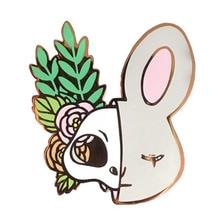 Жесткий эмалированный значок в виде кролика