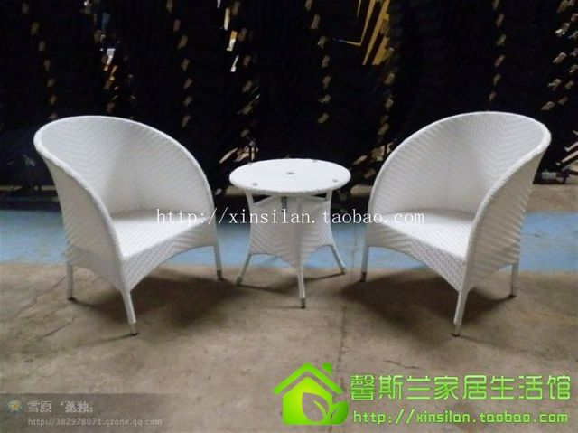 Балкон стулья и столы. Белый ротанга трех частей чайный стол. Уличная мебель. Кованого железа