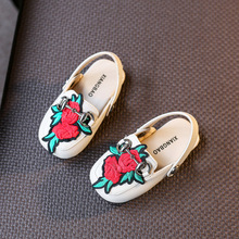 2017 New Summer Baby Rose Slippers Child Slip Soft Bottom Hollow Sandals Fashion Flower Embroidery Sandals Shoes