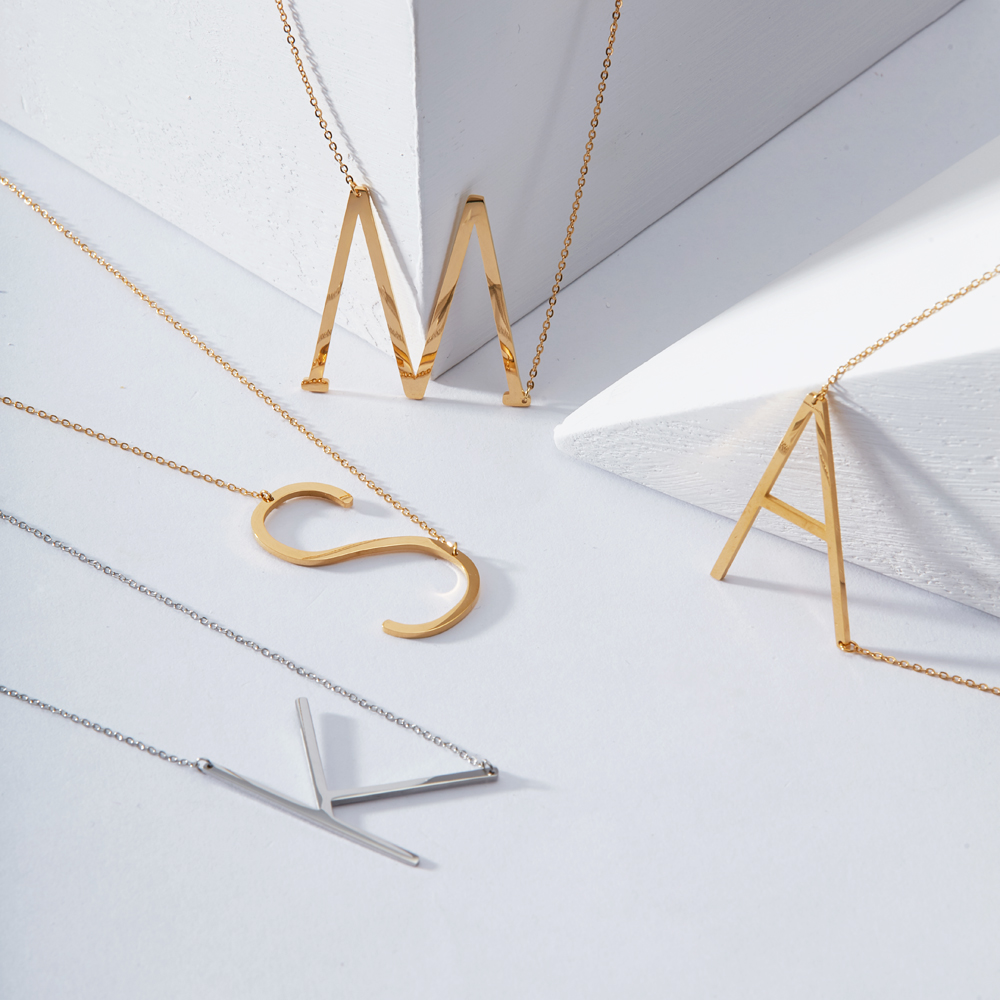 Kalung Reka bentuk EnFashion Alphabet Kalung Loket Awal Warna Emas - Perhiasan fesyen - Foto 3