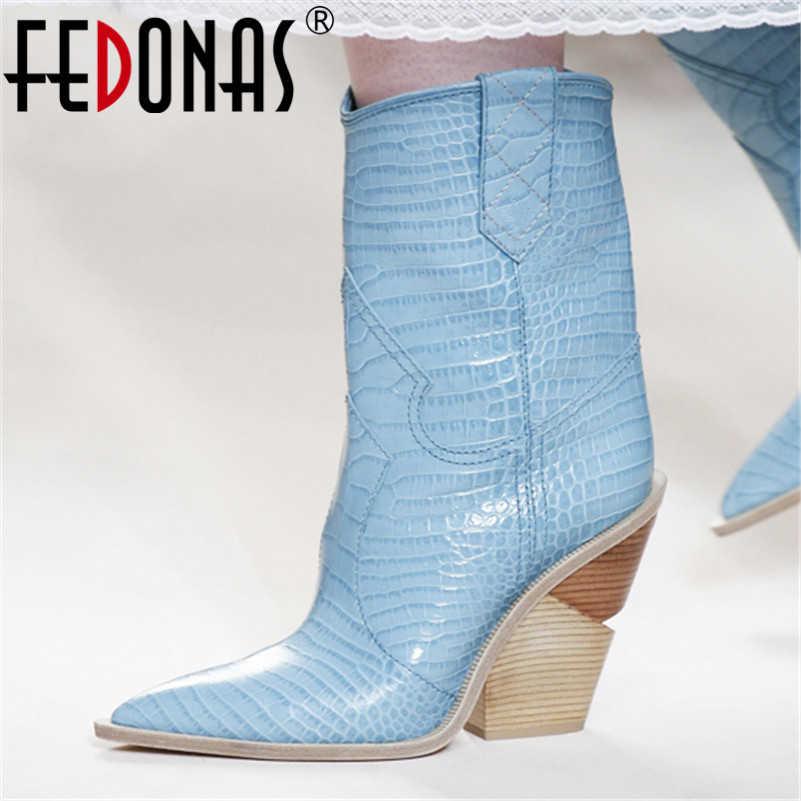 Женские ковбойские полусапожки FEDONAS, голубые полусапожки до середины икры из тисненной кожи на микрофибре с острыми носками на толстых высоких каблуках, обувь на осень 2019