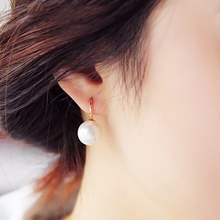 купить Hot Red 2PCS/Pair New Style Fashion Jewelry Golden Stud Earrings Graceful Girls Simple Natural Freshwater Pearl Pendant Earrings по цене 32.57 рублей