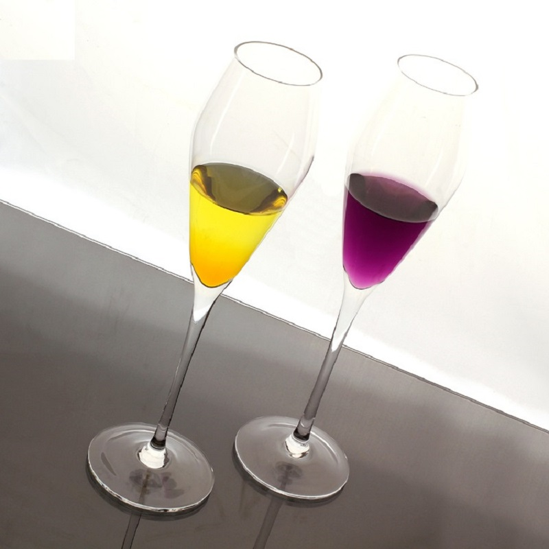 The new era with a glass of champagne bestie bubble glass red wine goblet glass crystal wedding KTV