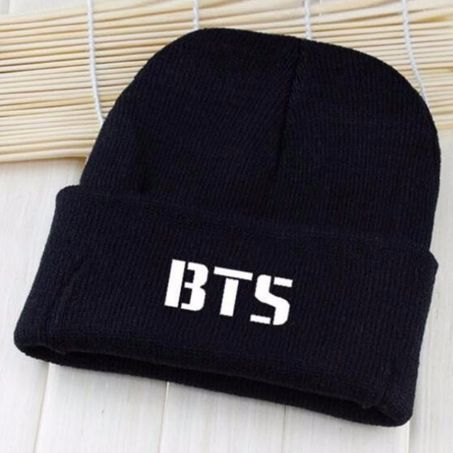 BTS 2017 kpop sombreros gorro de lana Bangtan niños con el párrafo de Corea  gorros Harajuku bb7a411843d