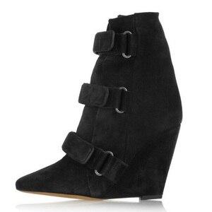 Черные ботинки на танкетке; женские замшевые ботильоны с острым носком, визуально увеличивающие рост; модная женская обувь для подиума; сез...