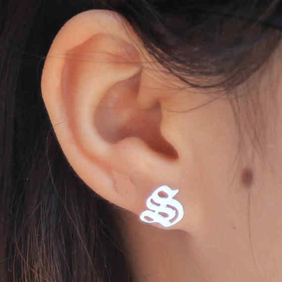 boucle d'oreille initiale