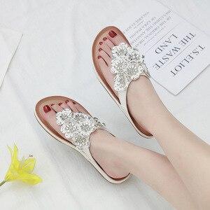 Image 4 - 스톤 빌리지 새로운 2019 여성 샌들 보헤미안 라인 석 꽃 비치 플립 플롭 대형 편안한 플랫 신발 여성