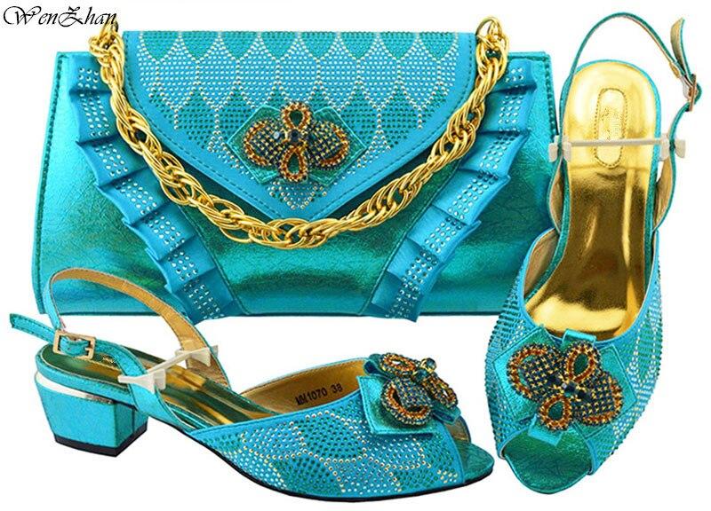 Mode strass bleu ciel chaussures et sac ensembles les plus récentes femmes africaines à talons bas pompes correspondant sac à main pour la fête de mariage! B88-18