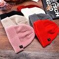 Otoño Invierno de La Manera Sombreros de Punto Caliente Para Las Mujeres Ocasionales Del Deporte Casquillos del algodón Rayado Oído Skullies y Gorritas Tejidas de Color Rosa Blanco Negro ZW039