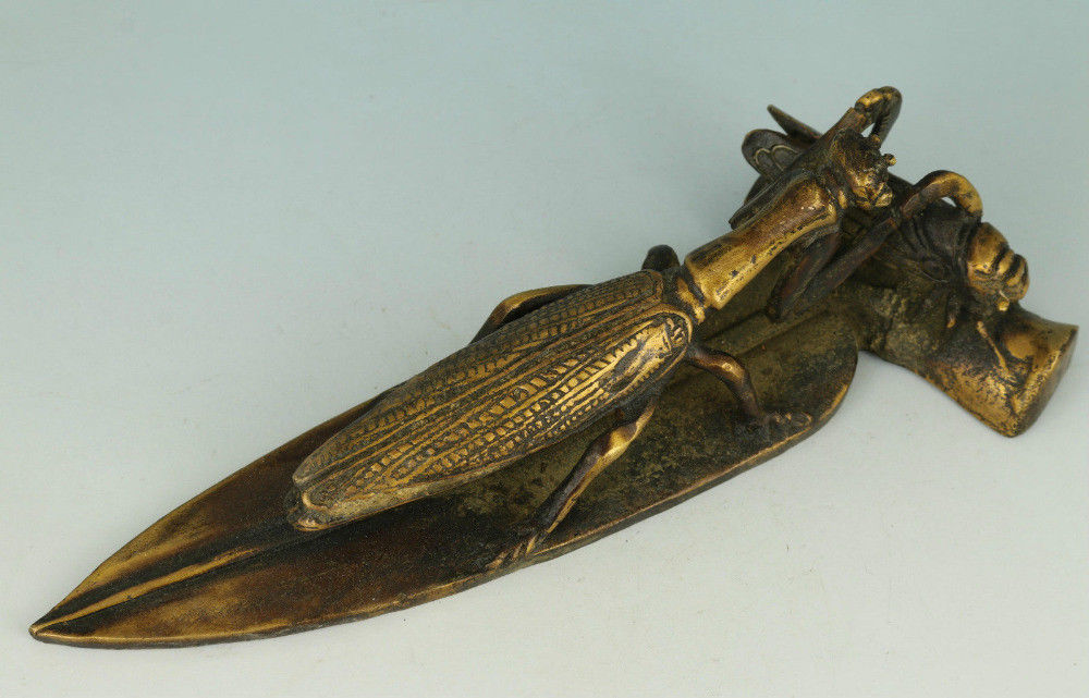 Archaize Asian Chinese Old Bronze Hand Carved Praying Mantis Eat Cicadas StatueArchaize Asian Chinese Old Bronze Hand Carved Praying Mantis Eat Cicadas Statue