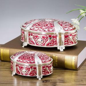 Image 2 - جديد! 2 مقاسات الزفاف هدية مربع قضية المجوهرات سبائك الزنك حلية صناديق معدنية زهرة منحوتة حزمة نزوة هدية عيد