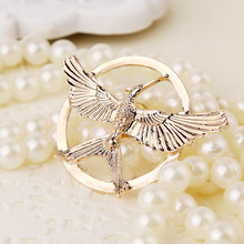New European and American fashion retro film television blockbuster game popular bird tongue ridicule brooch