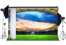 Boisko do piłki nożnej tło stadion światła sceniczne, gdy zielona trawa łąka białe słupki mecz sportowy fotografia tło