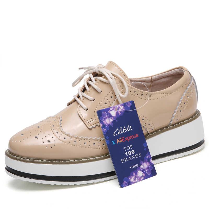 O16U Для женщин на платформе Обувь шнурованная броги обувь на плоской подошве лакированная кожа Кружево на шнуровке острый носок Брендовая женская обувь для женщин лианы