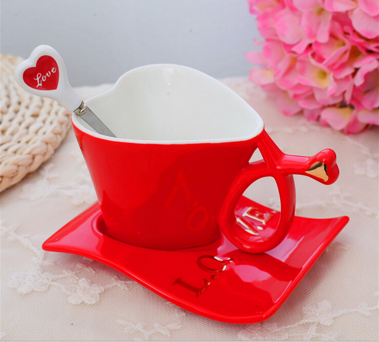 Кружки в виде сердечка с кофе фото