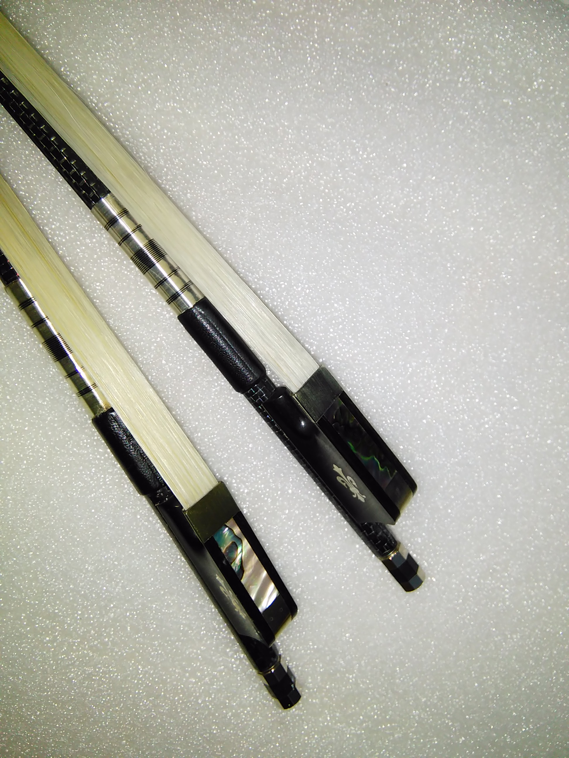 2 PCs Cello bow Carbon Fiber Cello bow with white bow hair ebony frog 4/4 one is silver wire inlay one is red wire inlay 2 pcs quality black carbon fiber violin bow black bow hair ebony frog with carved flower 4 4