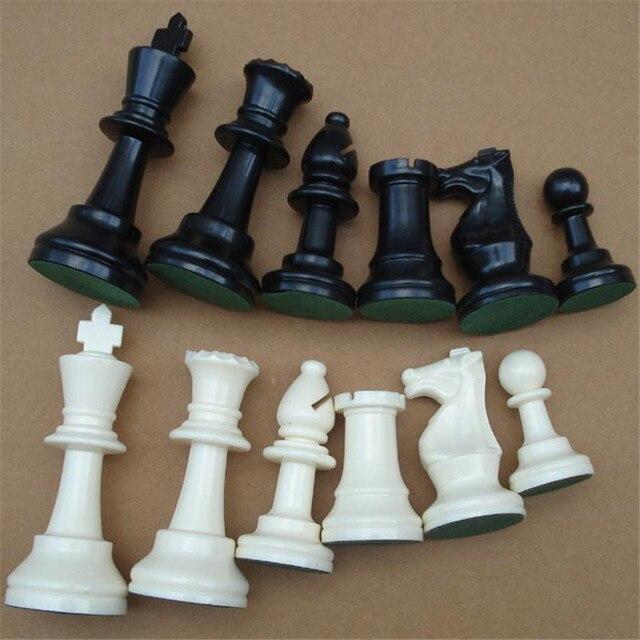 32 pièces d'échecs en plastiqu noir et blanc, 64/77MM 2