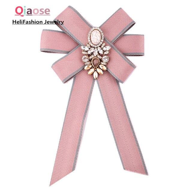 Qiaose Новый розовый цвет ленты лук брошь для Для женщин корсаж Шпильки с совершенным хрустальные камни Талисманы воротник очарование галстук ювелирных изделий