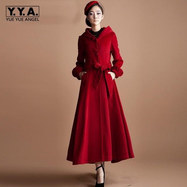 Roter mantel mit kapuze