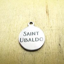 10 pçs/lote-saint ubaldo encantos de aço inoxidável-gravado a laser-pingentes encantos diy