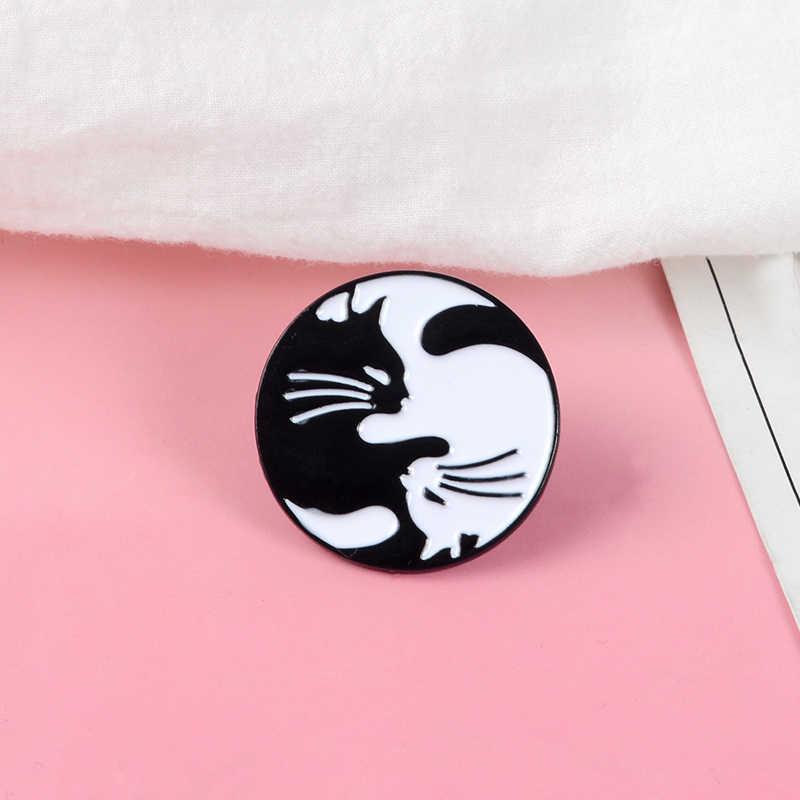 Hitam Putih Bulat Enamel Bros Memeluk Kucing Pin untuk Pakaian Tas Gesper Lencana Hewan Perhiasan Hadiah untuk Teman-teman