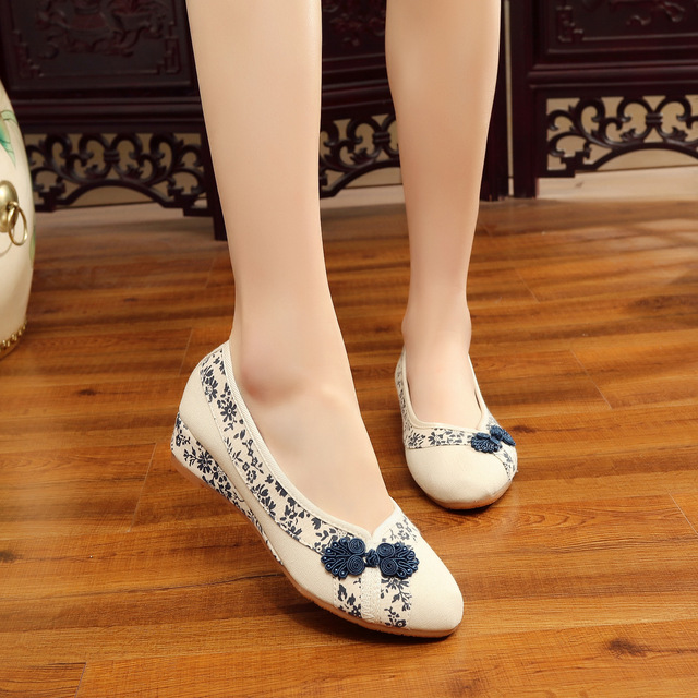 2018 Flats Shoes Women Breathable Embroider Sneakers Ladies Casual Canvas  Flats Slip-On Blue White Porcelain Walking Shoes b7ce45787b90