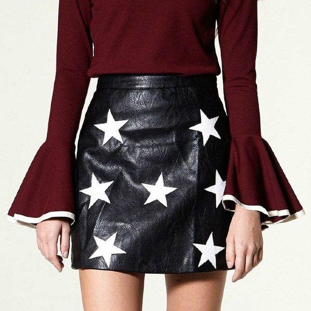 Mujeres de la manera de Cuero de Imitación Estrella Appliques Negro Mini Faldas Cremallera Trasera Fit Acogedor Ocasional Calidad de la Marca Faldas Streetwear